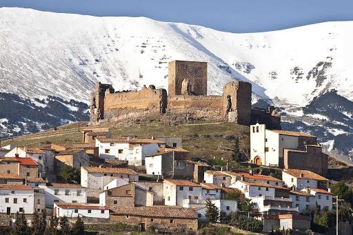 Trasmoz. Vista de la localidad, del castillo y del Moncayo nevado