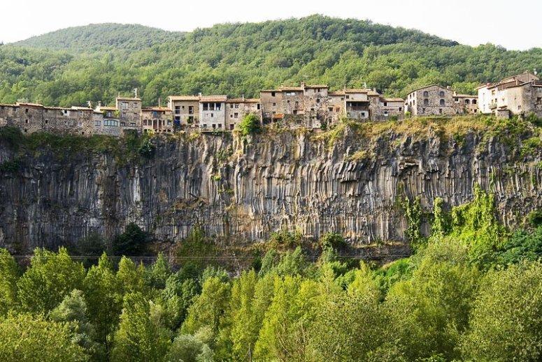 CASTELLFOLLIT DE LA ROCA (GIRONA).jpg
